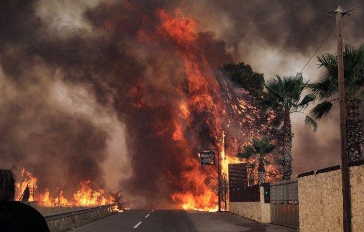 Σε πύρινο κλοιό η χώρα | Ολονύχτιες μάχες σε Αττική και Εύβοια