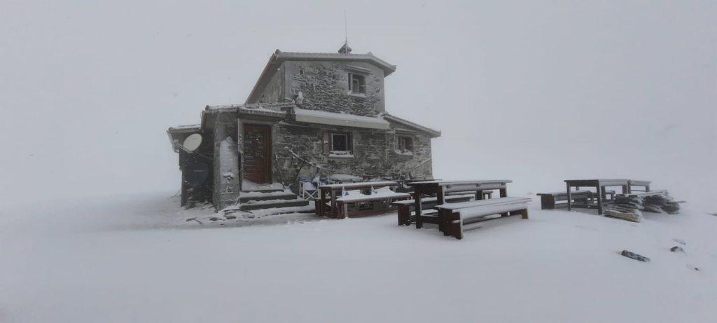 Όλυμπος | Βαριά χιονόπτωση πάνω από τα 2.400 μ. υψόμετρο (φωτογραφίες και βίντεο)